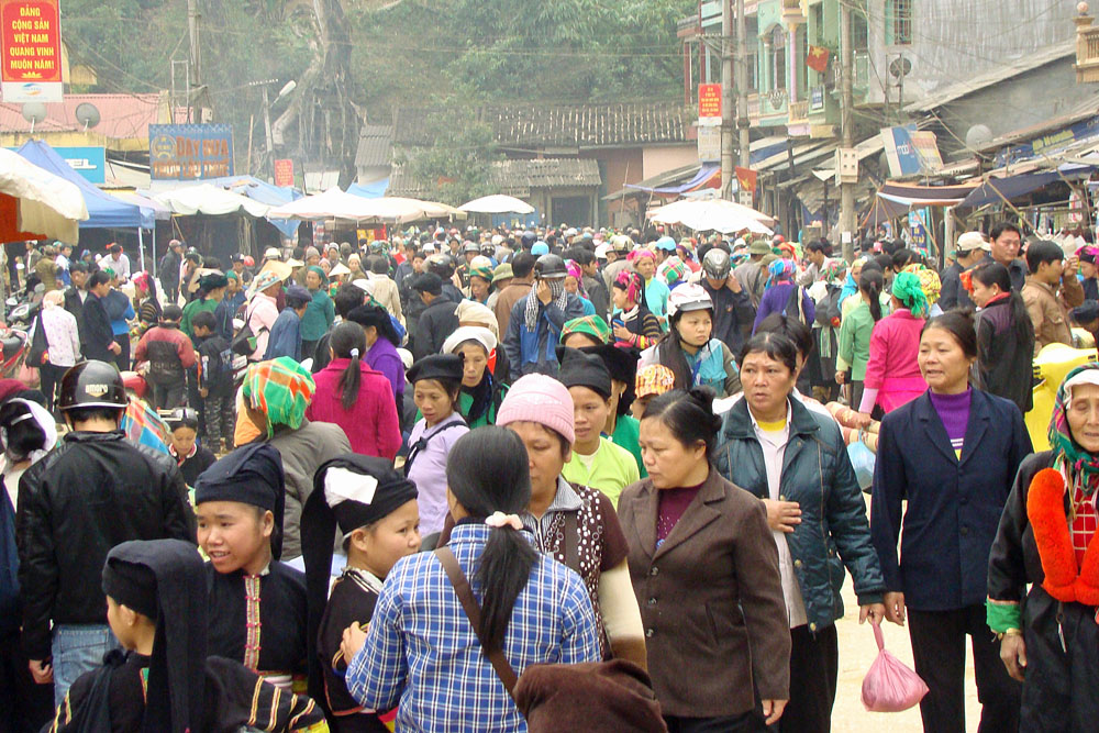 The busy Bao Lac morning market, complete with multiple tribal and urban outfits and people.