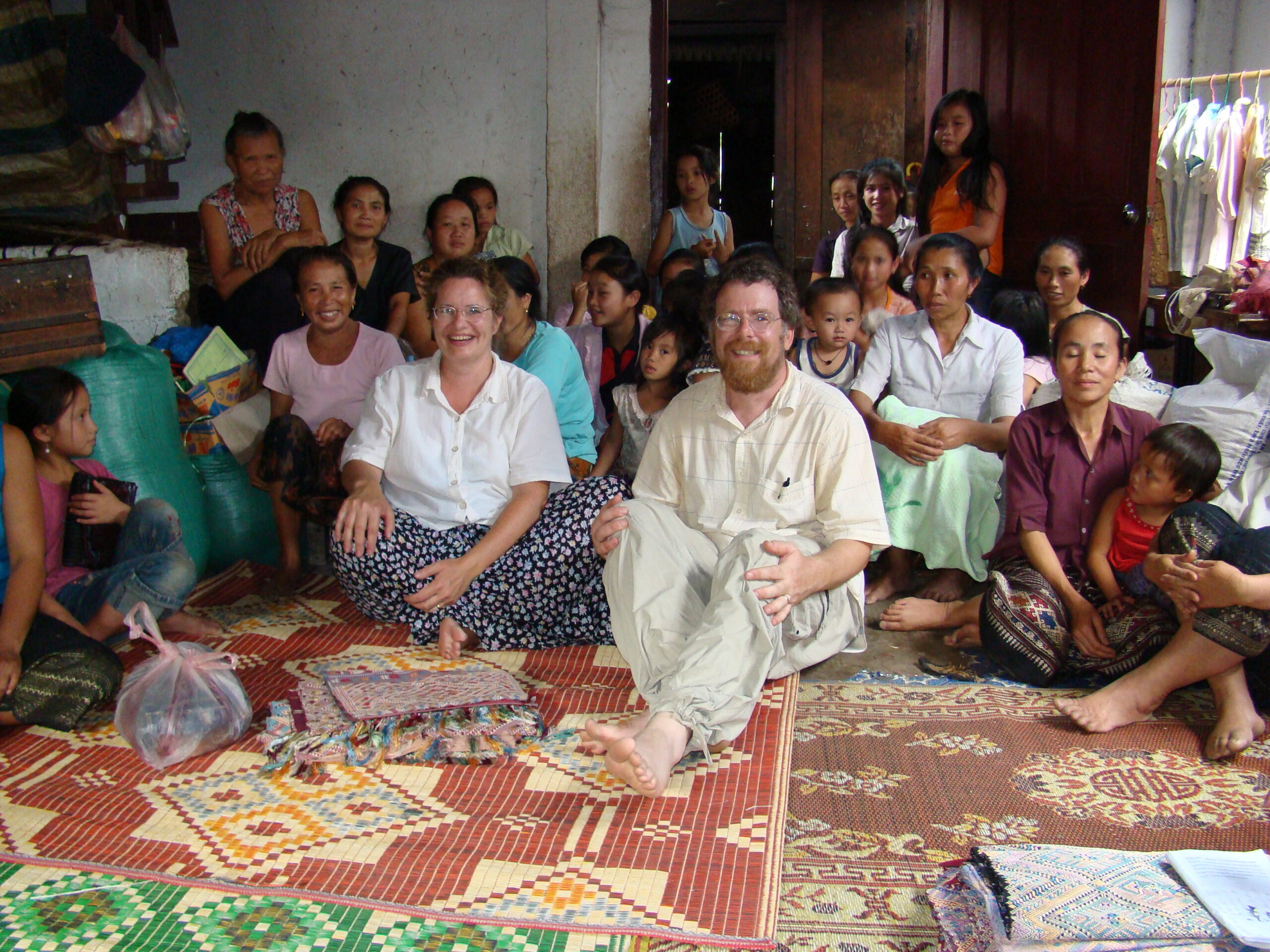 Here we are with the silk artists of the village of Muang Vaen.